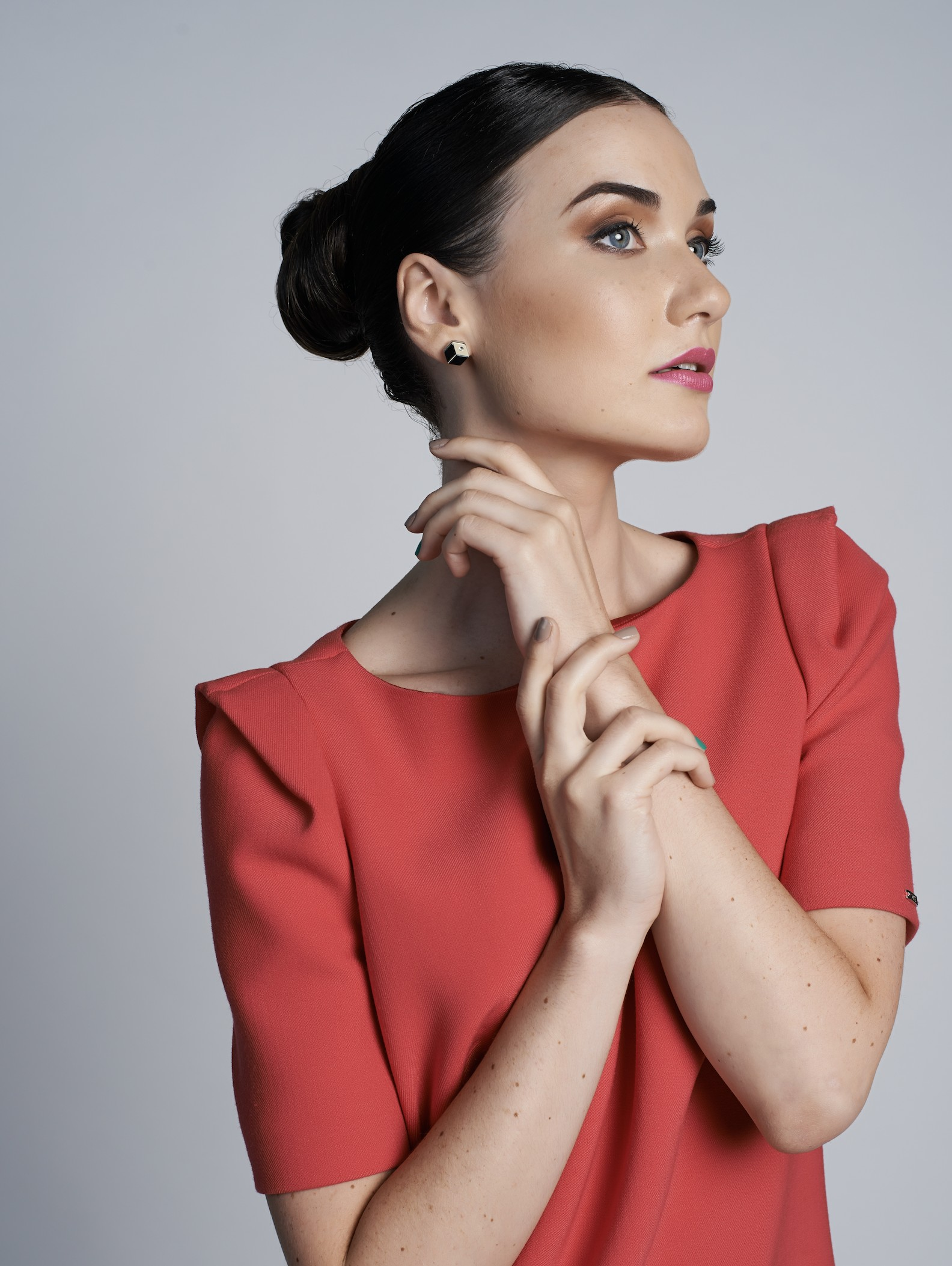 Red dress combined with Kosmart Geometrix line earrings